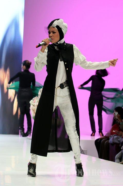 Saat bernyanyi di Indonesia Islamic Fashion Fair (IIFF) 2013 di Assembly Hall, JCC Senayan, Jakarta. Image via TribunNews.