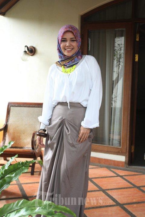 Dewi Sandra dengan busana muslim sederhana saat menghadiri peluncuran pra produksi film Haji Backpacker, di Falcon Pictures, Jakarta Selatan. Image via TribunNews.