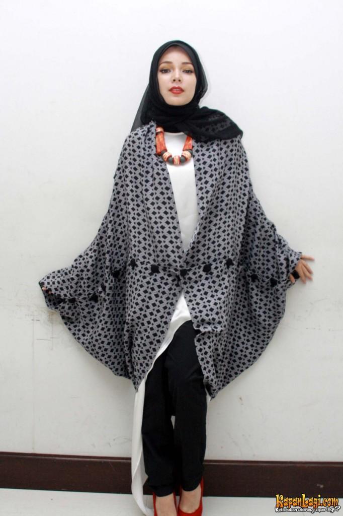 Image via http://www.kapanlagi.com/showbiz/selebriti/awalnya-dewi-sandra-menangis-saat-mulai-memakai-hijab-322cd4.html