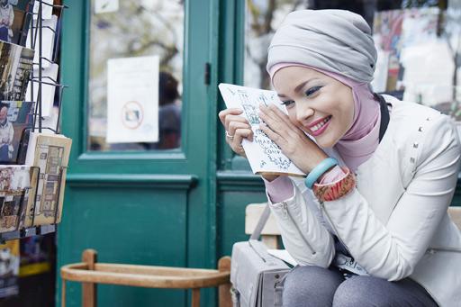 Busana Dewi Sandra dalam sebuah iklan kosmetik. Image via Wardah Cosmetics.