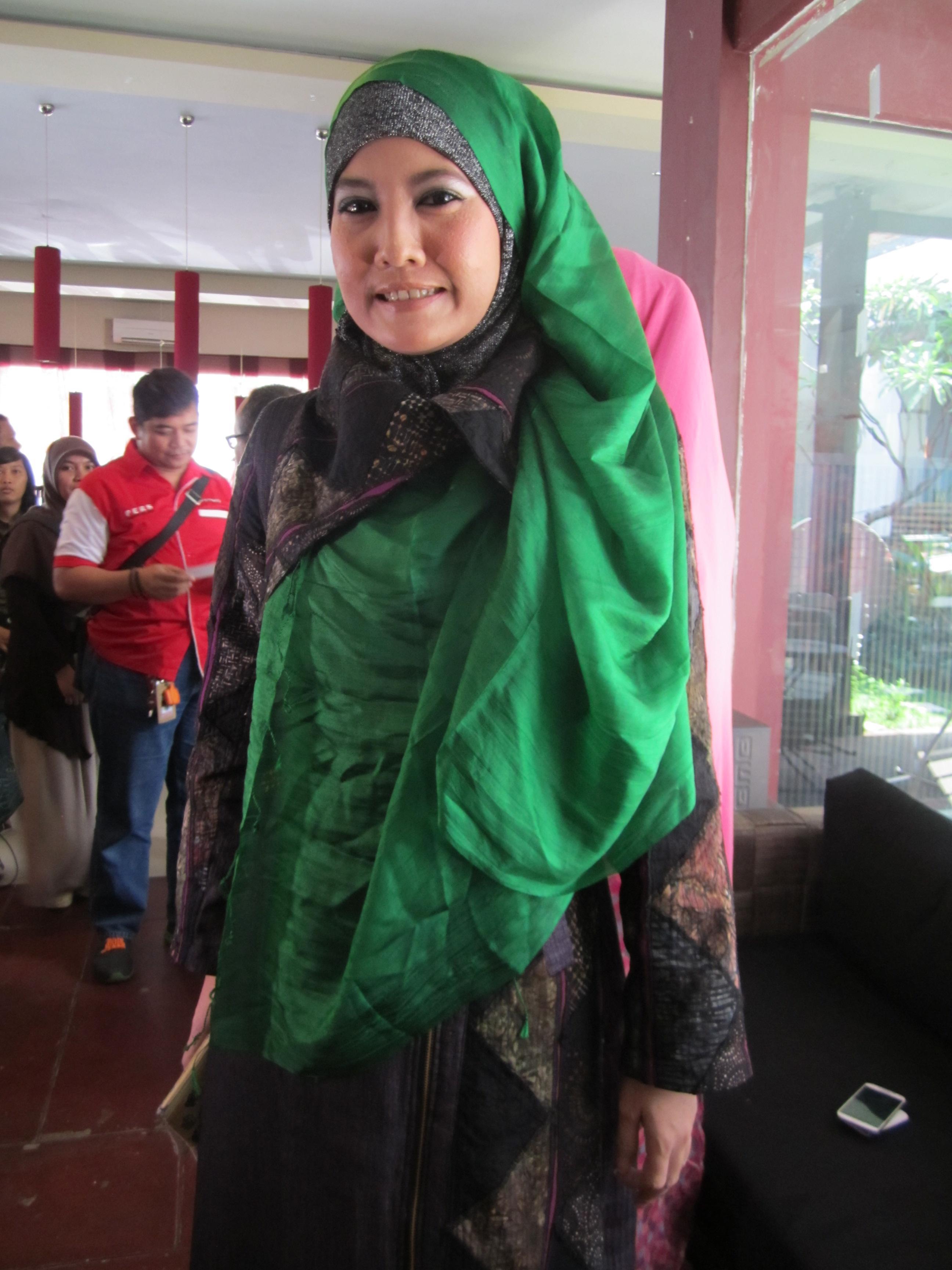 Gaya Hijab Syari Ala Peggy Melati Sukma Tutorial Pashmina By