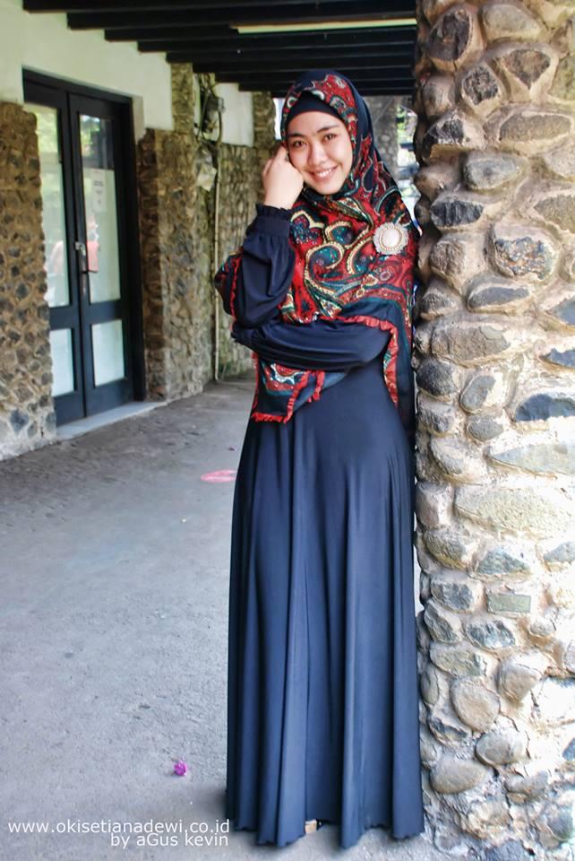 Okky Setiana Dewi Mengenakan hijab motif segiempat dipadupadankan dengan gamis polos berwarna biru dongker
