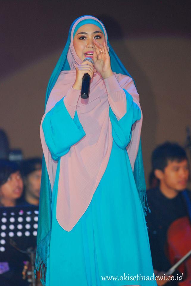 ... Peluncuran Singe hijab i'm in love Okky mengenkan dua lapis pashmina