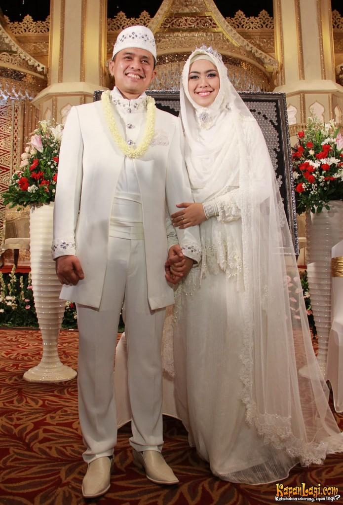 Okky Setiana Dewi saat menikah mengenakan hijab yang glamour, dan elegan