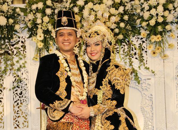 Okky Setiana Dewi mengenakan hijab Saat menikah