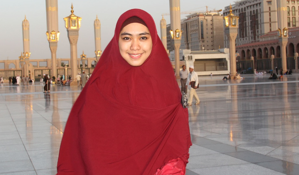 Okky Setiana Dewi mengenakan hijab segiempat polos saat berada di Masjid Nabawi.