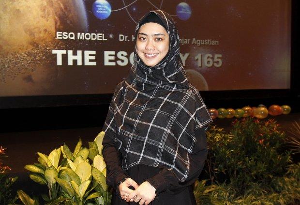 Okky Setiana Dewi saat menghadiri ESQ mengenakan hijab segiempat dan ...