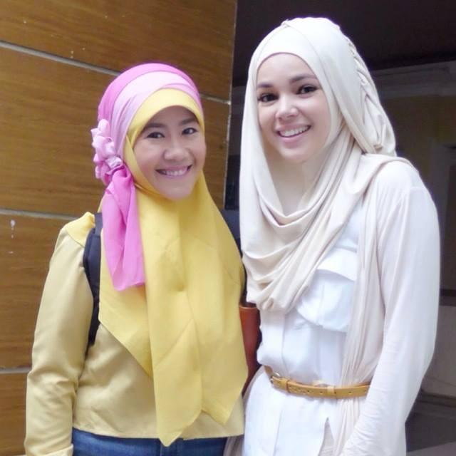 Dewi Sandra saat bersama Asma Nadia, penulis buku Catatan Hati Seorang Istri.