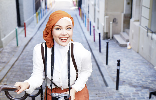 Dewi Sandra saat membintangi sebuah iklan produk kecantikan Wardah.